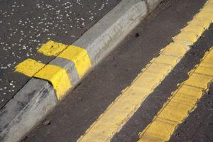 Что обозначает желтая прирывистая полоса нанесенная на бордюр